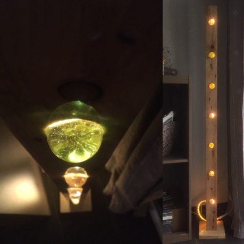 """Lampe aus Palettenholz mit Glaskugeln """"Verkauft 2019"""""""